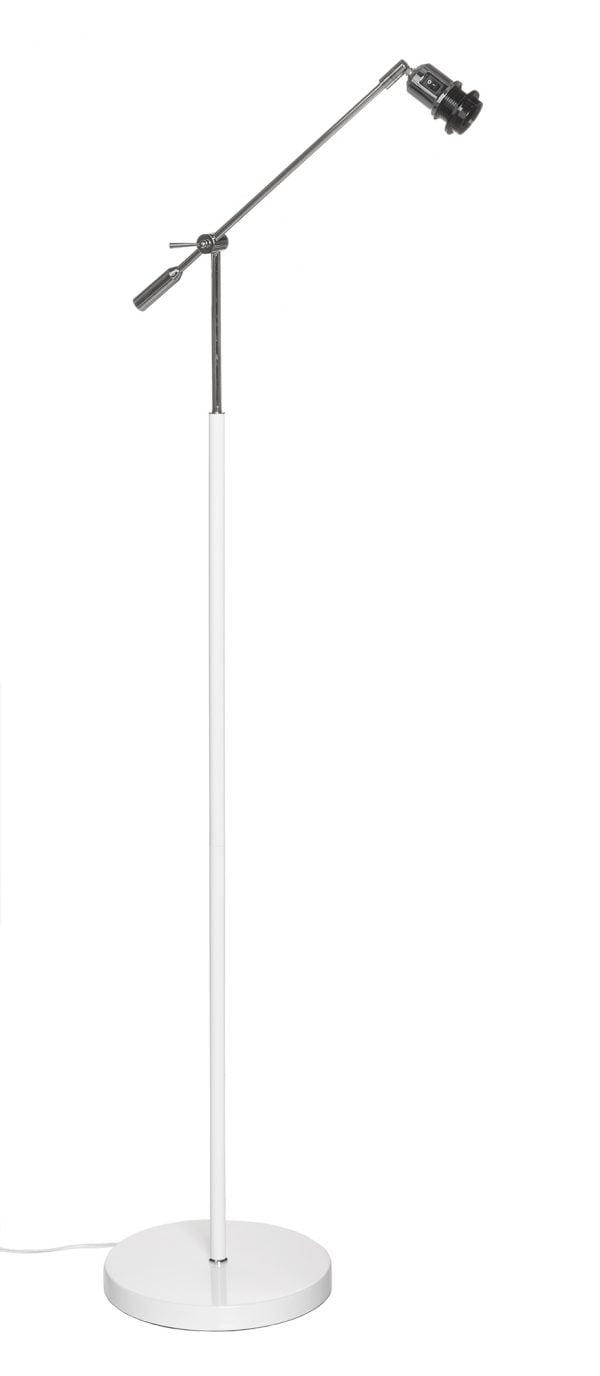Lattiavalaisin jossa on käänneltävä kromin värinen vipuvarsi. Jalkalamppu on metallinen ja sen väri on valkoinen.