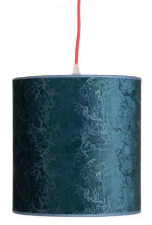 Petroolin sininen riippuvalaisin, jossa on punainen johto. Varjostin on sylinterin muotoinen, ja sen pinnassa on marmorikuviointia.