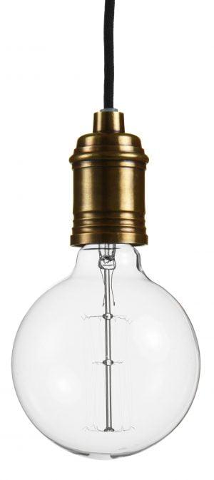 Valokuva valaisimesta, joka riippuu mustan, kangaspäällysteisen johdon varassa. Valaisimen kanta on väriltään antikmessinki. Kannan yläosa on pyöristetty, ja sen ylä- ja alaosissa on koristeelliset urat. Kannan alaosassa on kirkas POP-lamppu. Valaisin on kuvattu yläviistosta. Kuvan tausta on valkoinen.