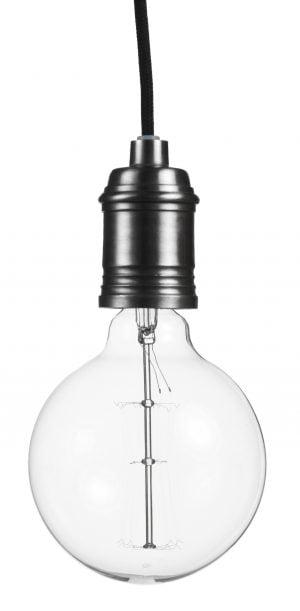 Puro-lampunjohto, harjattu teräsValokuva valaisimesta, joka riippuu mustan, kangaspäällysteisen johdon varassa. Valaisimen kanta on väriltään teräksinen. Kannan yläosa on pyöristetty, ja sen ylä- ja alaosissa on koristeelliset urat. Kannan alaosassa on kirkas POP-lamppu. Valaisin on kuvattu yläviistosta. Kuvan tausta on valkoinen.