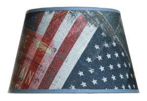 Lampunvarjostin jossa on lippu kuvio. Varjostin on materiaaliltaan laminoitua kangasta.