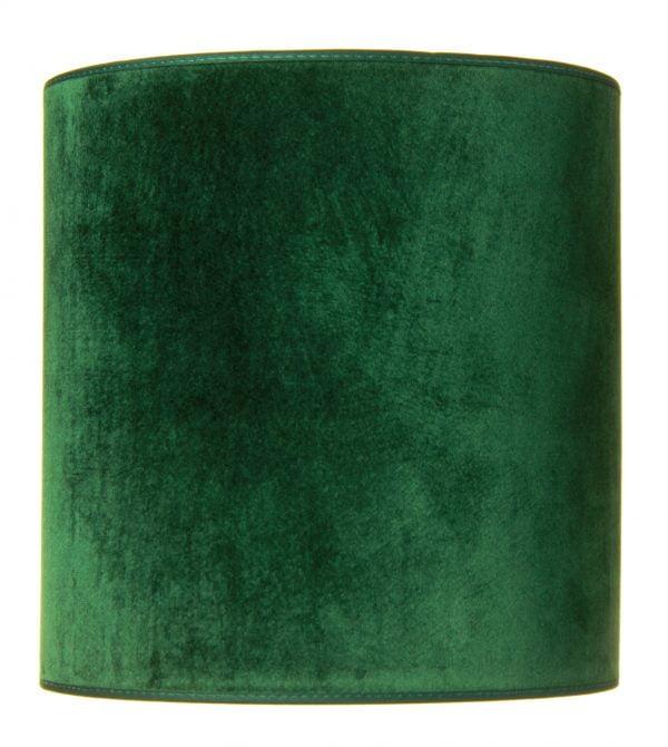 Valkoisella taustalla valokuva sylinterin muotoisesta varjostimesta, jonka ylä ja alareuna ovat saman levyiset. Varjostimen ylä- ja alareunat ovat kaarella tuoden esiin sen pyöreää muotoa. Varjostimen väri on tumman vihreä, ja sen kuosi on yksivärinen. Valon ja varjon vaihtelut tuovat sen sävyihin vaihtelua. Varjostimen ylä- ja alareunoissa on tumman vihreät kanttausnauhat. Varjostin on kuvattu edestä päin.