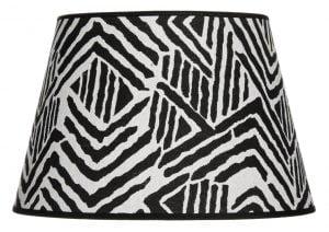 Lampunvarjostin jossa on mustavalkoinen graafinen kuvio. Varjostin on materiaaliltaan laminoitua kangasta.