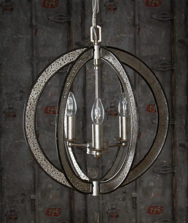Pallon muotoinen metallinen kattokruunu. Valaisimen väri on hopea ja siinä on kolme kantaa.