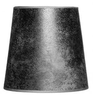 Valkoisella taustalla valokuva lampunvarjostin, joka levenee suorassa linjassa ylhäältä alaspäin. Varjostimen ylä- ja alareunat ovat kaarella tuoden esiin sen pyöreää muotoa. Varjostin on väriltään musta, ja sen pinnassa toistuvat mustan eri sävyt luoden mokkanahkaista ilmettä. Varjostimen ylä- ja alareunoissa on mustat kanttausnauhat. Varjostin on kuvattu edestä päin.