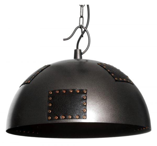 Metallinen, riippuva kattovalaisin. Valaisin on väriltään musta ja siinä on koristeena nahkaisia lappuja.
