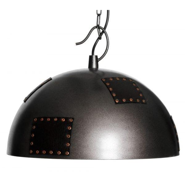 Alexa-50 on metallinen, riippuva kattovalaisin. Valaisin on väriltään musta ja siinä on koristeena nahkaisia lappuja.