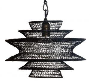 Musta riippuvalaisin, jonka runko on kiharasta metallilangasta valmistettu. Runko kuudessa kupumaisessa tasossa, jotka ensin suurenevat ylhäältä alas pienentyen taas keskeltä alaspäin yläosan peilikuvana.