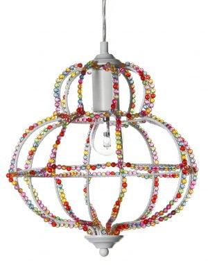 Metallinen, riippuva kattovalaisin. Valaisin on väriltään valkoinen ja sen runkoa koristavat värikkäät helmet.