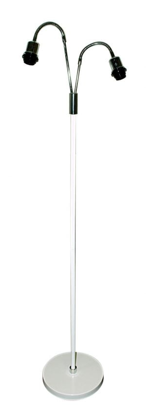 Kaksiosainen metallinen lattiavalaisin. Jalkalamppu on väriltään valkoinen, yksityiskohtien väri on kromi.