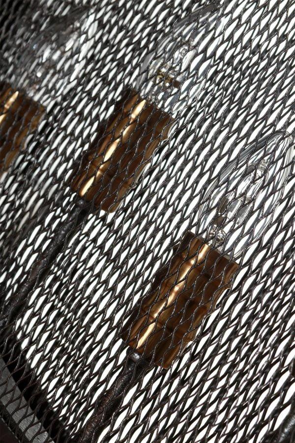 Metallinen, biljardivalaisin. Valaisin on malliltaan litteä ja sen väri on musta. Materiaalina metalliverkko. Valaisimessa on viisi kantaa.