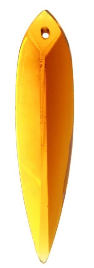 Meripihkan värinen kristalli, joka muistuttaa muodoltaan suippoa lehteä. Pinnassa on fasettihionta.