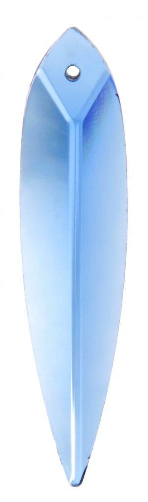 Sininen kristalli, joka muistuttaa muodoltaan pitkää, suippoa lehteä. Kristallissa on fasettihionta.