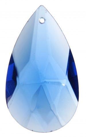 Sininen, pisaran muotoinen kristalli, jonka pinnassa on fasettihionta.
