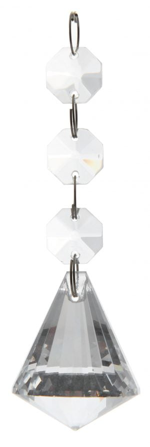 Kikas kristalliketju, jossa on ylinnä kolme kahdeksankulmaista kristallia, joista riippuu isompi, timantin muotoinen kristalli. Kristallien välissä on teräksen väriset lenkit.