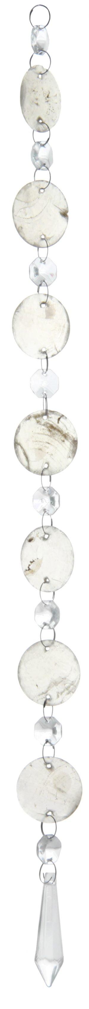"""Kirkas kristalliketju, jossa on kahdeksan kahdeksan kulmaista kristallia, joiden välissä on pyöreät """"helmisimpukka"""" laatat. Alinna riippuu pidempi, alaspäin levenevä kristalli, joka kärjistyy alaosassa keskelle."""