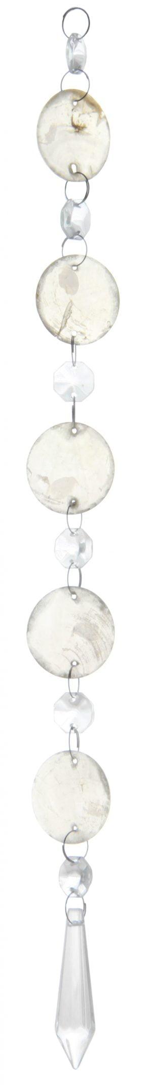 """Kirkas kristalliketju, jossa on kuusi kahdeksan kulmaista kristallia, joiden välissä on pyöreät """"helmisimpukka"""" laatat. Alinna riippuu pidempi, alaspäin levenevä kristalli, joka kärjistyy alaosassa keskelle."""