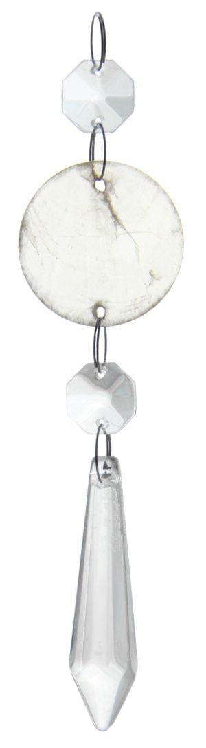 """Kirkas kristalliketju, jossa on kaksi kahdeksan kulmaista kristallia, joiden välissä on pyöreä """"helmisimpukka"""" laatta. Alinna riippuu pidempi, alaspäin levenevä kristalli, joka kärjistyy alaosassa keskelle."""