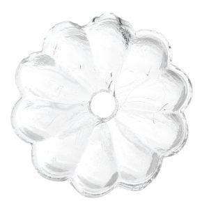 Kirkas, kukan muotoinen kristalli, jossa on keskellä reikä.