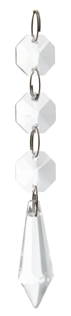 Kirkas kristalliketju, jossa on kolme pientä, kahdeksan kulmaista kristallia. Päässä on pidempi, alaspäin levenevä kristalli, joka kärjistyy alaosassa keskelle.