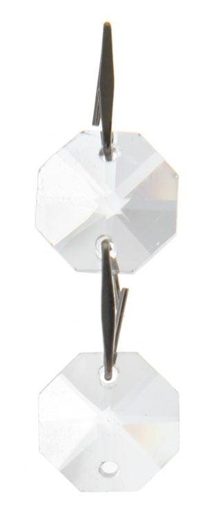 Kirkas kristalliketju, jossa on kaksi kahdeksan kulmaista kristallia. Kristallit pienenevät ylhäältä alaspäin. Kristallien välissä on teräksen väriset kiinnikkeet.