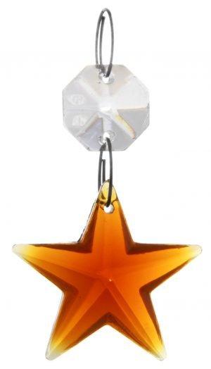 Kristalliketju, jossa on ylinnä kahdeksankulmainen, kirkas kristalli. Alinna on meripihkan värinen, tähden muotoinen kristalli.
