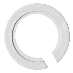 Valkoinen, muovinen rengas, joka on alaosasta hieman auki.