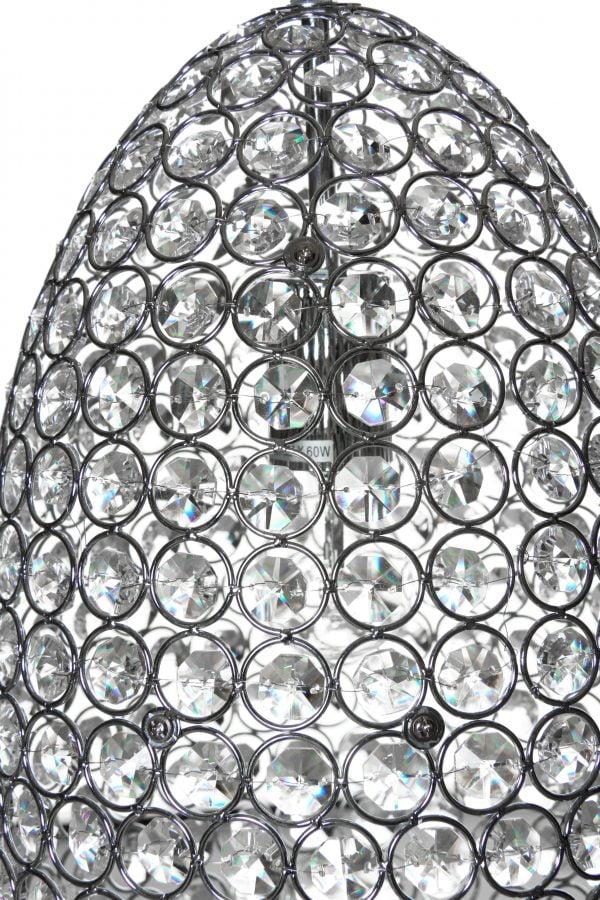 Lähikuva kristallivalaisimen pinnasta. Valaisimen runko on väriltään kromi, ja siinä on riveissä renkaita, joiden sisällä on kirkkaat kristallit.