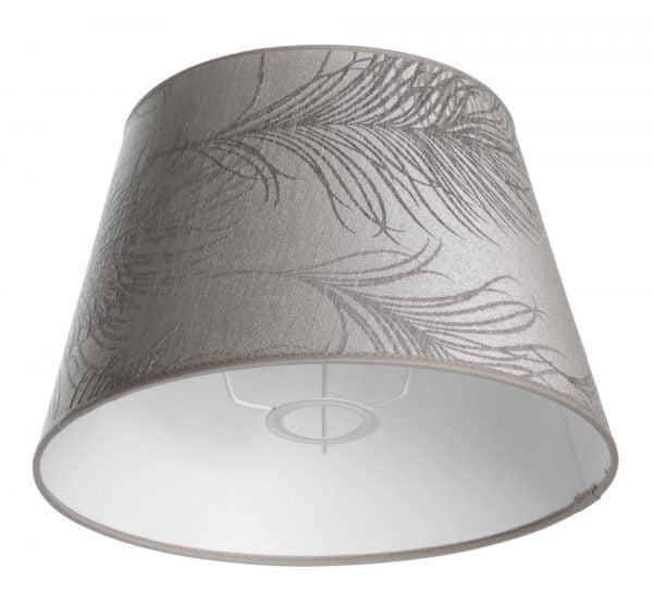 Valkoisella taustalla valokuva lampunvarjostin, joka levenee suorassa linjassa ylhäältä alaspäin. Varjostimen ylä- ja alareunat ovat kaarella. Varjostimen pohjaväri on harmaa, ja sitä koristaa tummemmalla harmaalla suuri sulka kuviointi, joka kulkee vasemmalta oikealla lähes koko varjostimen mitalta. Varjostimessa on harmaat kanttausnauhat sekä ylä- että alareunoissa. Varjostin on kuvattu alaviistosta, jolloin sen valkoinen sisäpinta sekä osa valkoisesta kiinnitystelineestä ovat näkyvissä.