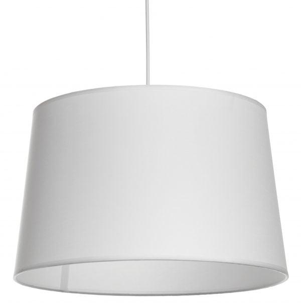 Valkoisella taustalla valokuva valkoisen johdon päässä riippuvasta lampunvarjostimesta, joka hieman levenee suorassa linjassa ylhäältä alaspäin. Varjostimen ylä- ja alareunat ovat kaarella. Varjostin on yksivärinen, ja sen väri on valkoinen. Varjostin on kuvattu alaviistosta, jolloin valaisimen valkoinen sisäosa on näkyvissä.