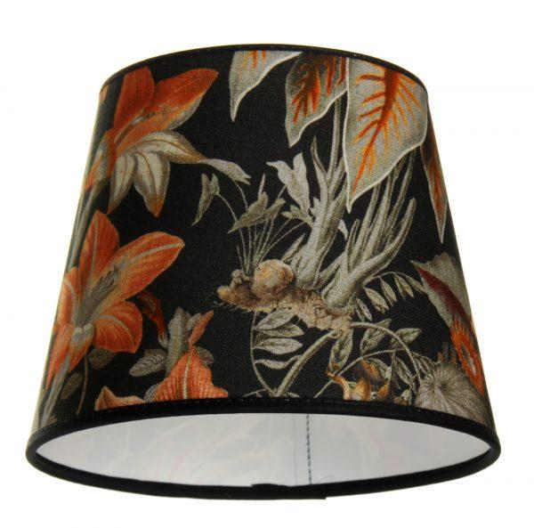 Lampunvarjostin jossa on mustalla pohjalla oranssi kukkakuvio. Varjostin on materiaaliltaan laminoitua kangasta.