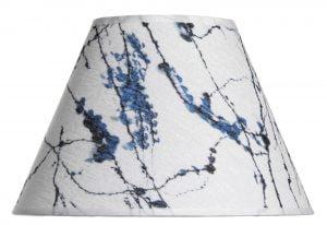 Lampunvarjostin jossa on sininen roiskekuvio. Varjostin on materiaaliltaan laminoitua kangasta.