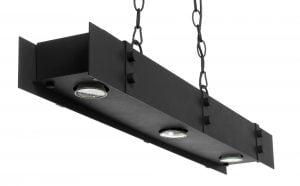Metallinen suorakaiteen muotoinen biljardivalaisin. Valaisimen väri on musta ja siinä on kolme valopistettä.