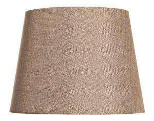 Ruskea lampunvarjostin, joka levenee ylhäältä alaspäin. Varjostin on yksivärinen.