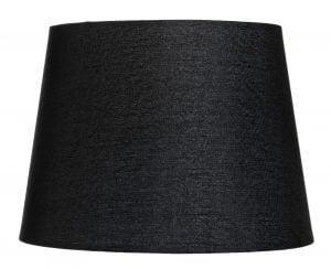 Musta lampunvarjostin, joka levenee ylhäältä alaspäin. Varjostin on yksivärinen.