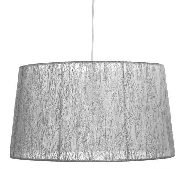 Valkoisen johdon päässä riippuu hopean värinen lampunvarjostin, joka levenee ylhäältä alaspäin.