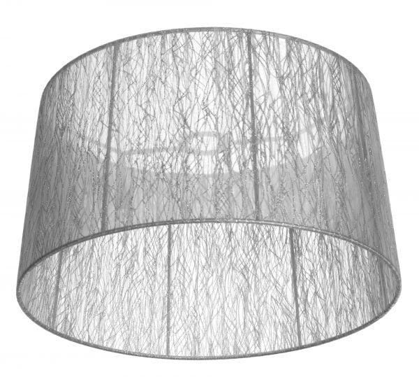 Lampunvarjostin, jossa hopeanvärisen rungon ympärille on kiedottu hopean väristä organzanauhaa.