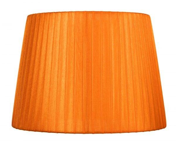 Yksivärinen lampunvarjostin jonka väri on oranssi. Varjostin on materiaaliltaan organzaa.