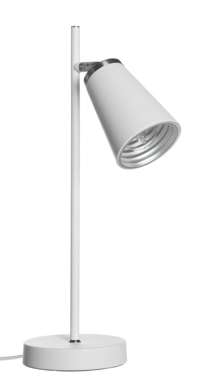Valkoinen pöytävalaisin, jossa on pyöreä pohja ja suora runko. Rungosta lähtee yksi kanta, jonka päässä on kartion muotoinen varjostin, jonka sisäpinta on hopean värinen.