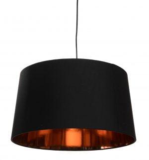 Lampunvarjostin jossa on musta ulkopuoli. Sisäpuolen väri on kupari. Varjostin on materiaaliltaan laminoitua kangasta. Johto on musta.
