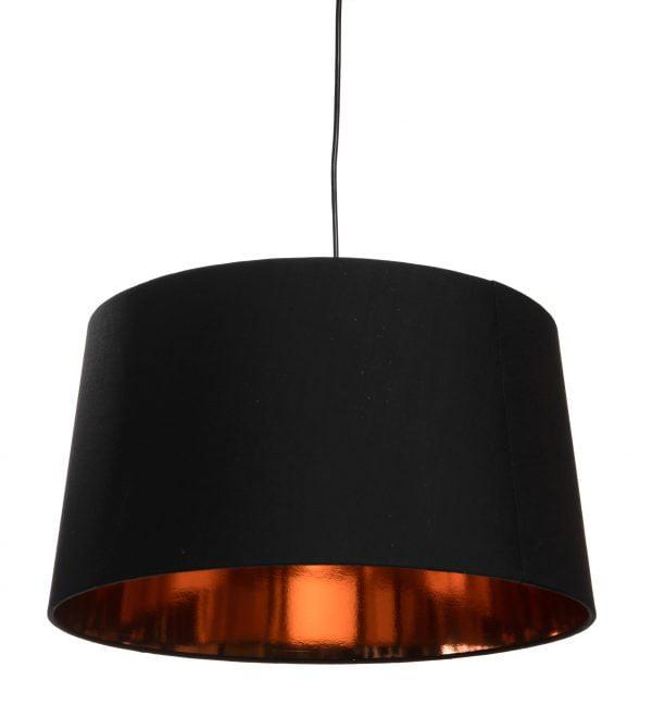 Mustan johdon päässä riippuva musta lampunvarjostin, jossa on kuparin värinen, kiiltävä sisäpinta.
