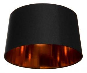 Musta lampunvarjostin, jossa on kuparin värinen, kiiltävä sisäpinta. Varjostin levenee hieman ylhäältä alaspäin.