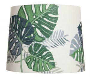 Beige lampunvarjostin, jossa on graafisia lehtikuvioita. Lehdet ovat vihreitä ja harmaita. Varjostin levenee hieman ylhäältä alaspäin.