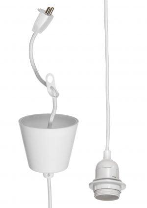 Valkoinen lampunjohto, jossa on kattopistoke ja ripustuslenkki. Johdon kannassa on kierteet ja laippa.