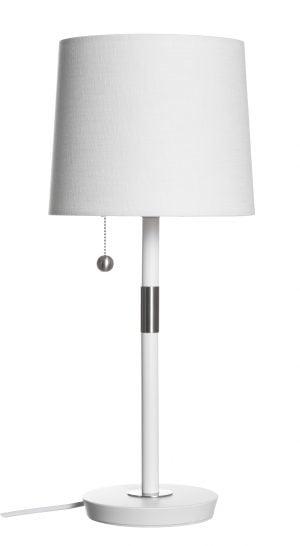 Metallinen pöytävalaisin. Pöytälamppu on väriltään valkoinen. Varjostin on laminoitua kangasta.