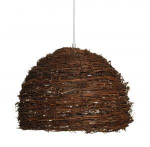 Riippuva kattovalaisin, joka on valmistettu rottingista. Tämä rottinkivalaisin on varustettu valkoisella johdolla.