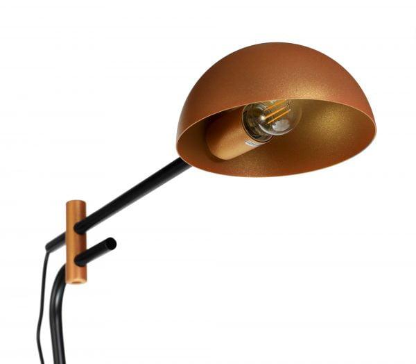 Metallinen lattiavalaisin jossa kytkin on valaisimen johdossa. Jalkalamppu on väriltään musta, kuvun väri on ruusukulta.
