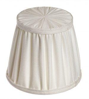 Luonnonvalkoinen, yksivärinen lampunvarjostin. Varjostin on myös yläpuolelta kangasta.