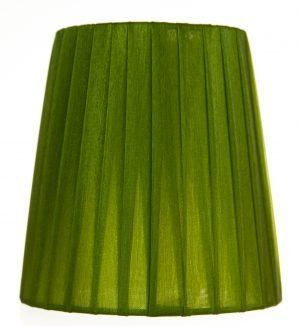 Yksivärinen kruunuvarjostin jonka materiaalina on organza. Varjostimen väri on vihreä.