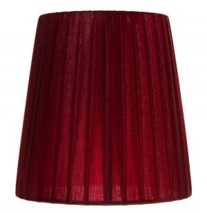 Yksivärinen lampunvarjostin jonka väri on viininpunainen. Varjostin on materiaaliltaan organzaa.